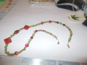Collier de perles vert gazon-brun