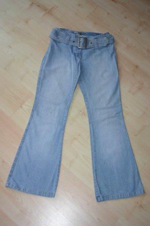 Mogul Jeans Gr. 36 hellblau mit ausgestelltem Bein + Gürtel