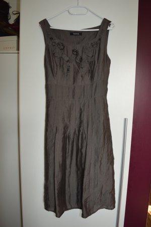 Mokkafarbenes Kleid mit plissierten Rüschen und Röschen Gr.40 Taifun