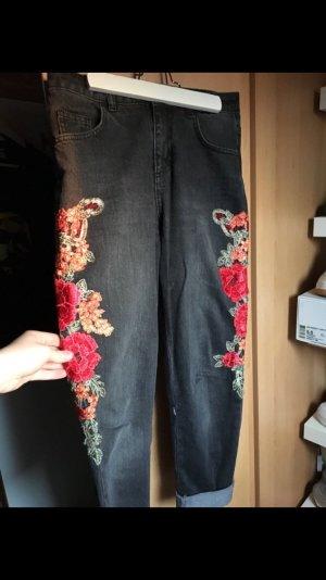 Mom-Jeans mit seitlicher Blumen Stickerei | KUBBAN