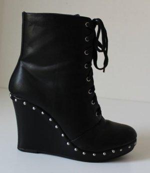 Monki - Schuhe mit Keilabsatz und Nietenbesatz - 41