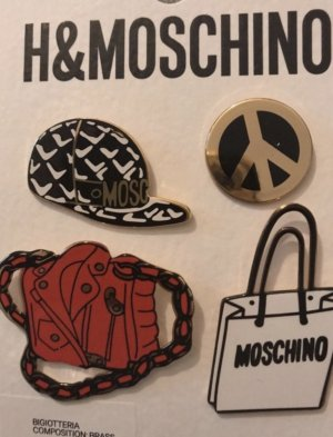 Moschino pin set aus der  H&Moschino  kollektion