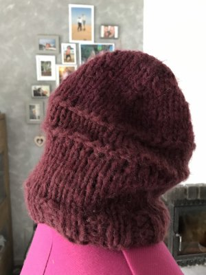 Chapeau en tricot bordeau