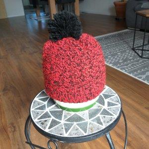 Sombrero de punto negro-rojo neón
