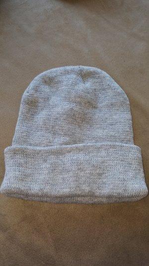 Chapeau en tricot gris clair