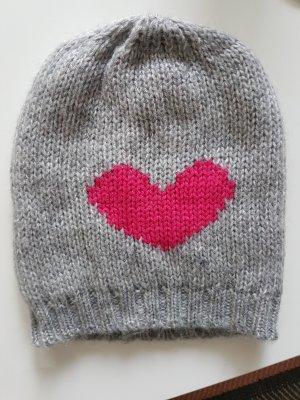 Mütze in grau mit pinken Herz