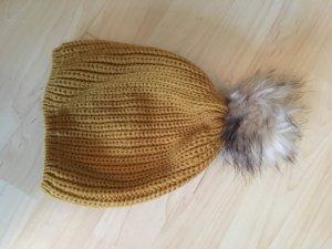 Mütze in Senfgelb mit Bommel in Felloptik ungetragen