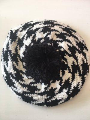 Mütze mit Bommel im Chanel-Stil
