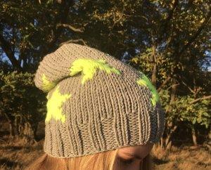 Chapeau en tricot gris-jaune fluo