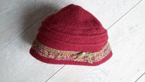 Sombrero de tela carmín