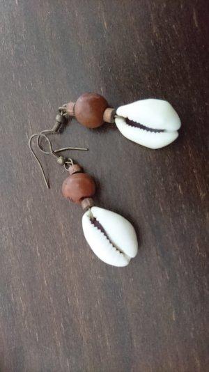 Muschelohrring mit Perle