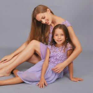 Mutter-Tochter Plissee-Kleid mit Spitze