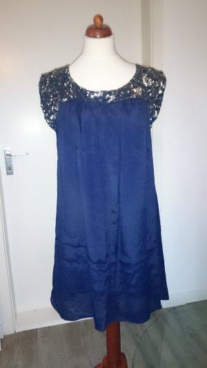 Nachtblaues Kleid mit silbernen Pailletten-Kragen
