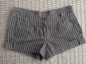 Nadelstreifen-Shorts in Schwarz