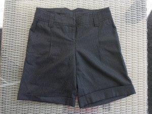 Nadelstreifen-Shorts in Schwarz (K3)
