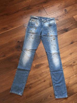 Nagelneue Jeans mit Steinen bestickt
