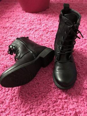 Nagelneue schwarze stiefeln