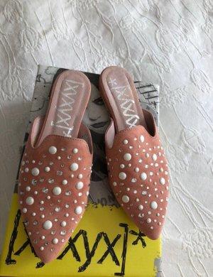 Nagelneuer Schuh mit Steinen