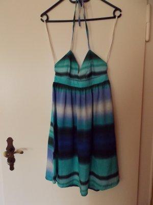 Neckholderkleid mit mehreren Blautönen und V-Ausschnitt