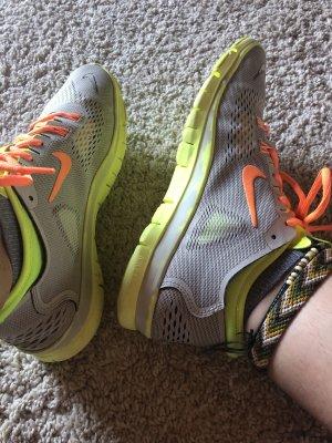 Neon Nike Schuhe
