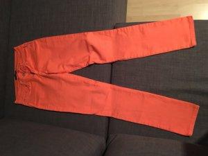 Neon-orangene Jeans aus Miami
