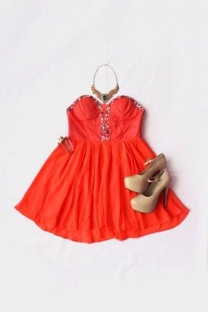 Neonfarbenes Kleid mit Steinchen