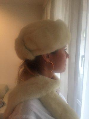 Cappello in pelliccia bianco sporco