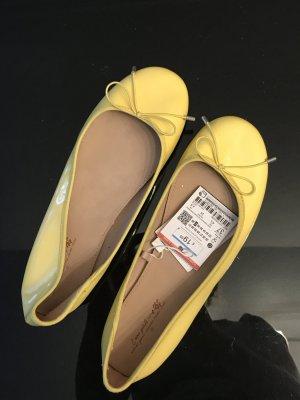 Zara Bailarinas de charol con tacón amarillo