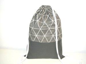 Neu - cooler Turnbeutel - Rucksack aus blickdichtem Stoff mit geometrischem Muster und grauem Kunstleder - weiße Baumwollkordeln -