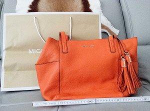NEU mit Etikett!!! Original Michael Kors Handtasche aus echtem Leder mit XXL-Anhänger in Orange!