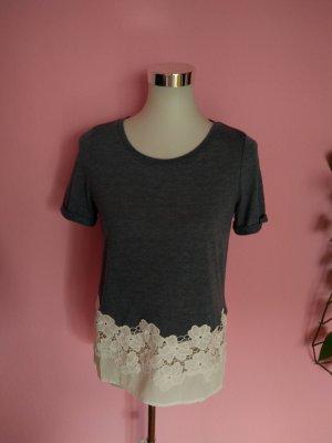 NEU, Shirt mit Blumenrand in grau/weiß (K3)