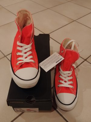 Neue Converse in leuchtendem Orange