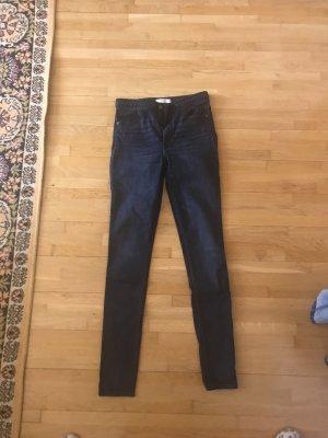 Neue dunkelblaue Jeans