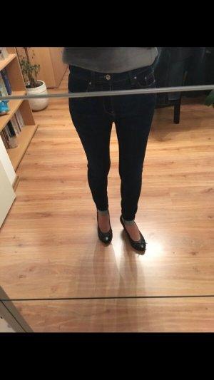 Neue dunkelblaue Jeanshose