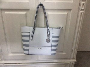 Neue Guess Delaney Shopper mit Etikett