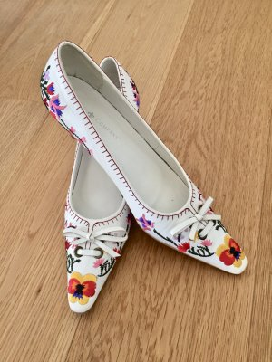 Neue Kitten-Heel Pumps im Folklore Look