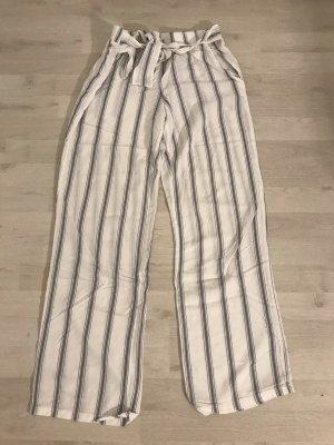 Neue lockere, dünnere, lange, weiß-graue Schlafhose