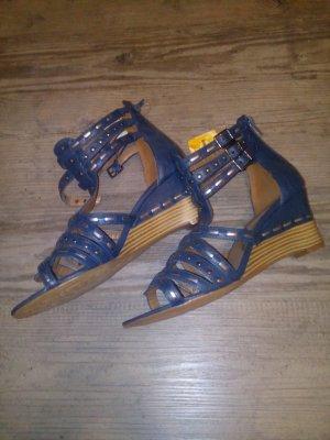 neue Sandalen mit Etikett