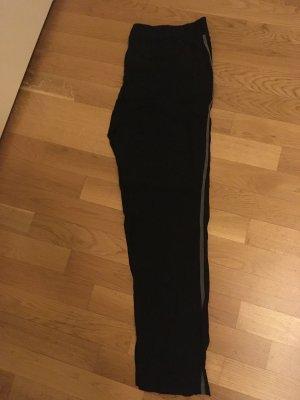 Neue schwarze Hose von drykorn (for beautiful People) in schwarz mit grauen Streifen auf der Seite.