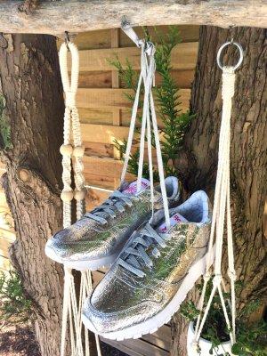 Neue, silberne Sneaker von Reebok