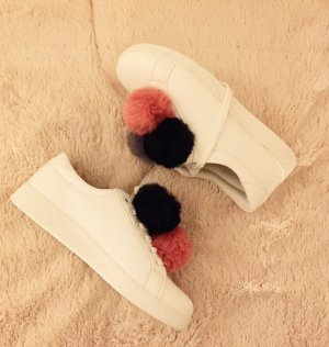 neue Sneakers mit Pompons