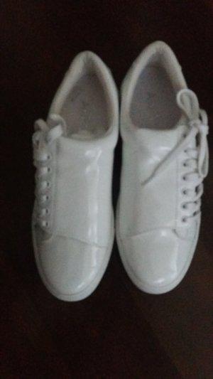 Neue weiße Sneaker