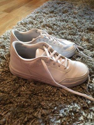 Neue weiße Sneakers von Adidas