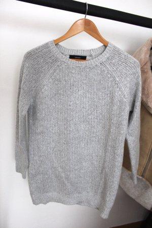 Neuer grauer Pullover