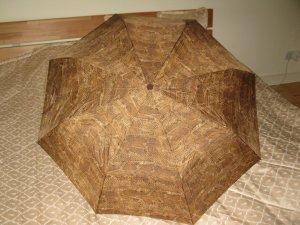 Neuer Regenschirm mit braunen Schlangenoptik
