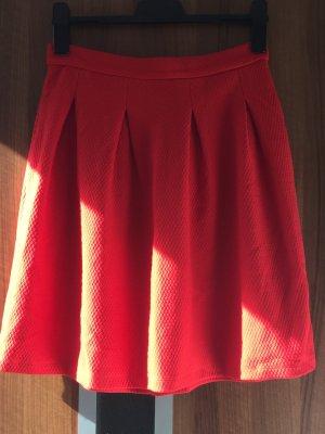 Neuer roter Faltenrock Tulpenrock für den Frühling