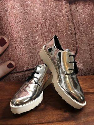 Neuer silberner Sneakers
