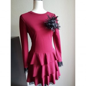 Neues Kleid in Weinrot mit Spitze und Rüschen