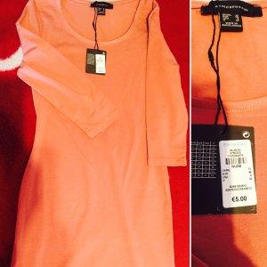 Neues Kleid mit Etikett