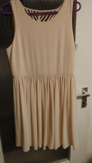 Neues Kleid mit Wasserfallausschnitt am Rücken